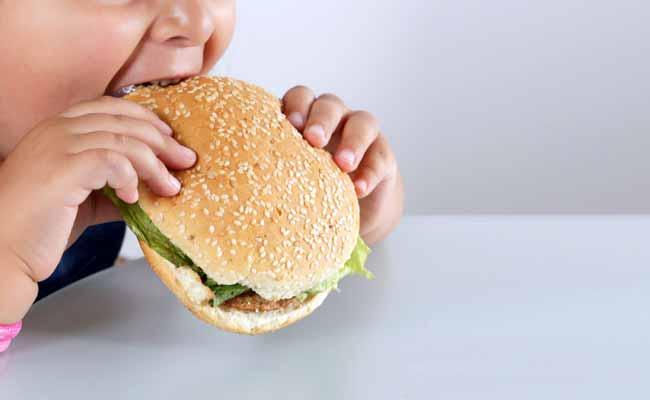 Non solo gli adulti hanno necessità di perdere peso e guadagnare Salute. Ad essere colpiti dall'epidemia di obesità sono purtroppo anche i bambini, ben 41 milioni di bambini. A fronte del problema obesità crescente l'OMS ha deciso di intervenire invitando a dire no al junk food e alle bevande piene di zuccheri, ma soprattutto insiste su una corretta educazione alimentare da trasmettere ai più piccoli. Una commissione apposita ha formulato proposte concrete per superare il problema.