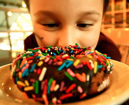 Bambini e cibo spazzatura: l'Oms mette in guardia da internet e pubblicità